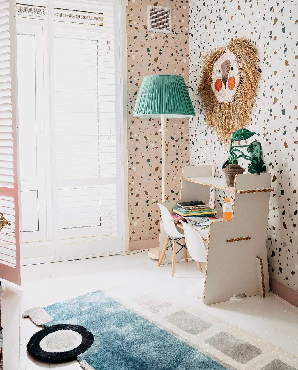vtwonen 11-2020 | binnenkijken bont familiehuis Amsterdam kinderkamer met vlekken behang, bouwpakket kinderbureau, vloerkleed in vorm van een bus en houten witte lamellen