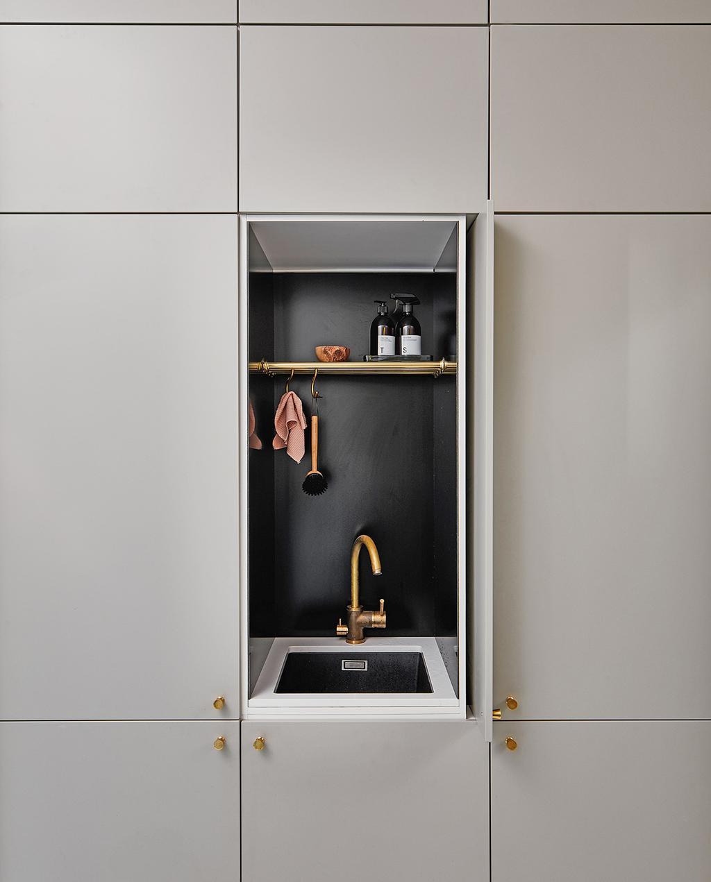 vtwonen special tiny houses | keukenkast met kraan in kast