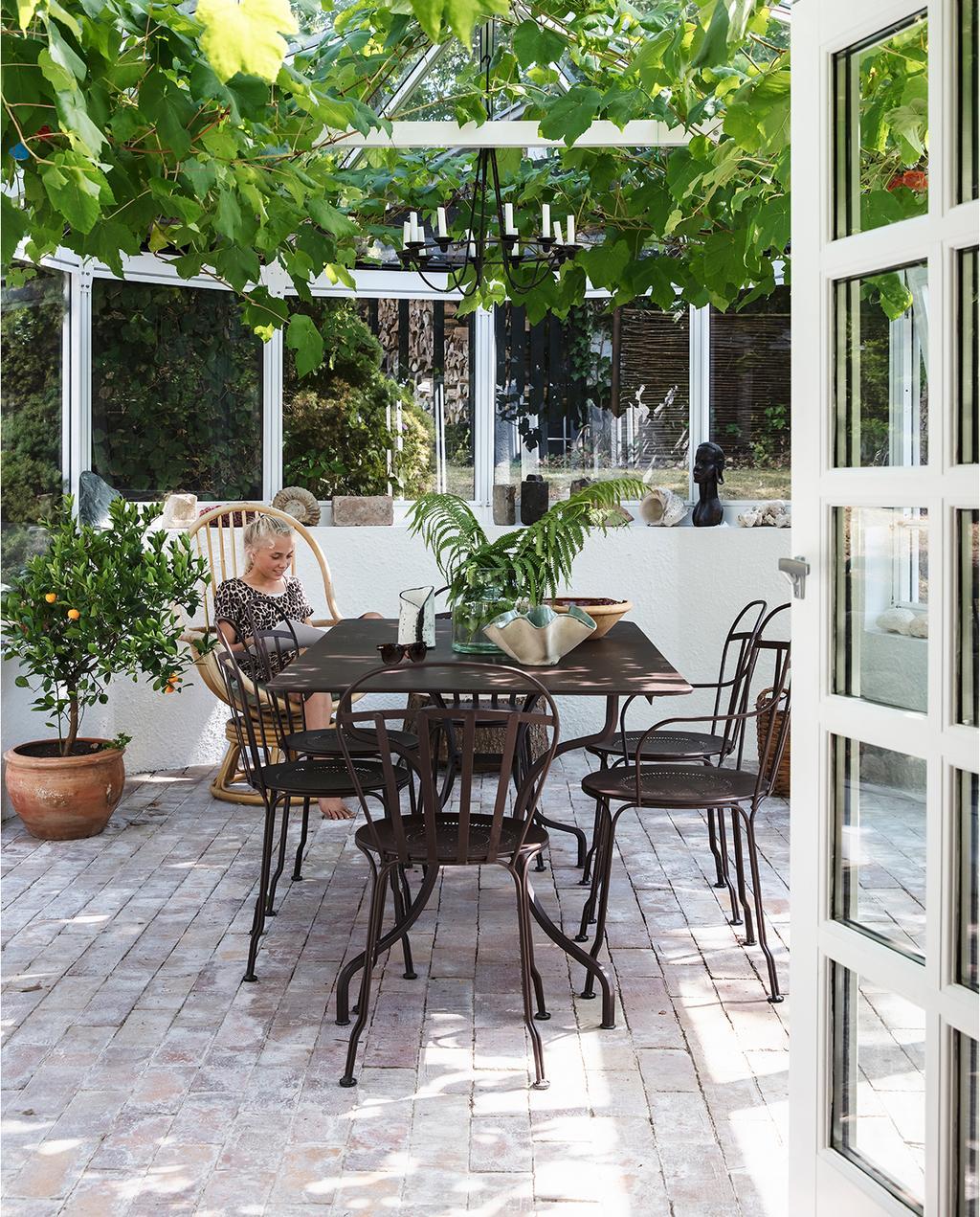 vtwonen tuin special 1-2020 | glazen serre met eetkamer set stalen stoelen