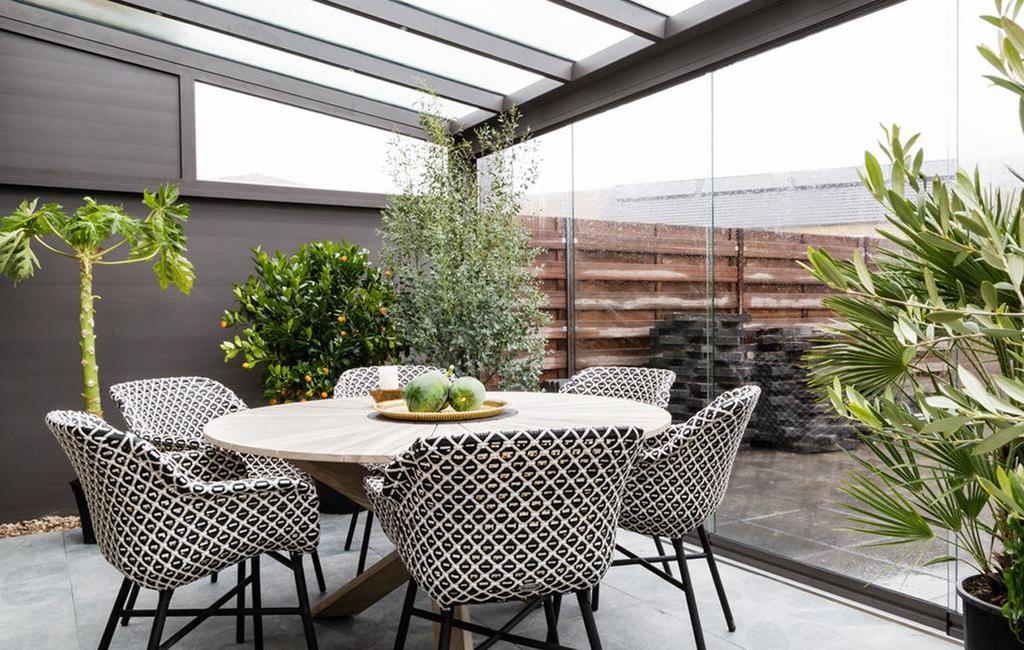 veranda met ronde tafel en buiten stoelen