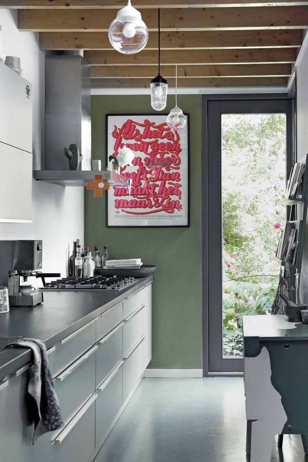 Keuken grijs met groene muur poster roze