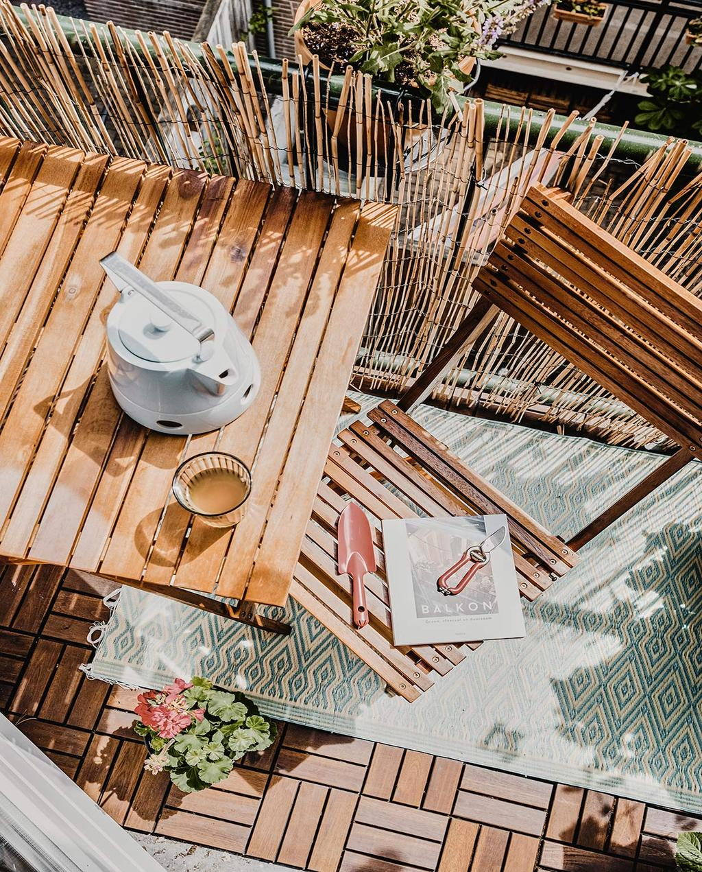 vtwonen 02-2021 | tafel en stoel op zonnig balkon
