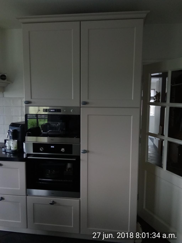 de-oven-magnetron-amp-koelkast-met-kastjes-erbij