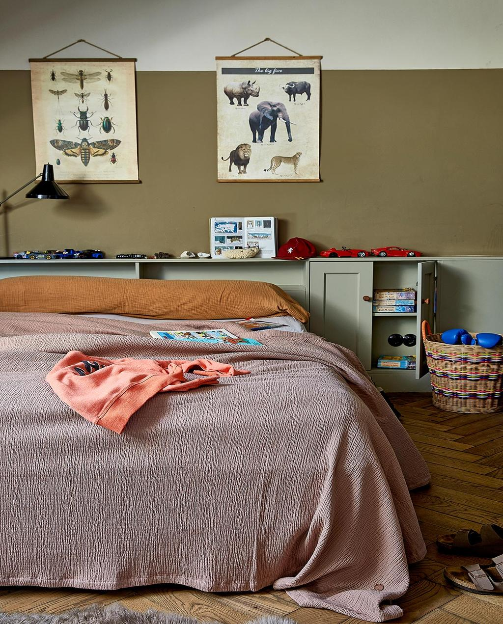 vtwonen 02-2021 | binnenkijken bij Martine slaapkamer met roze bed en dierenprint op de muur