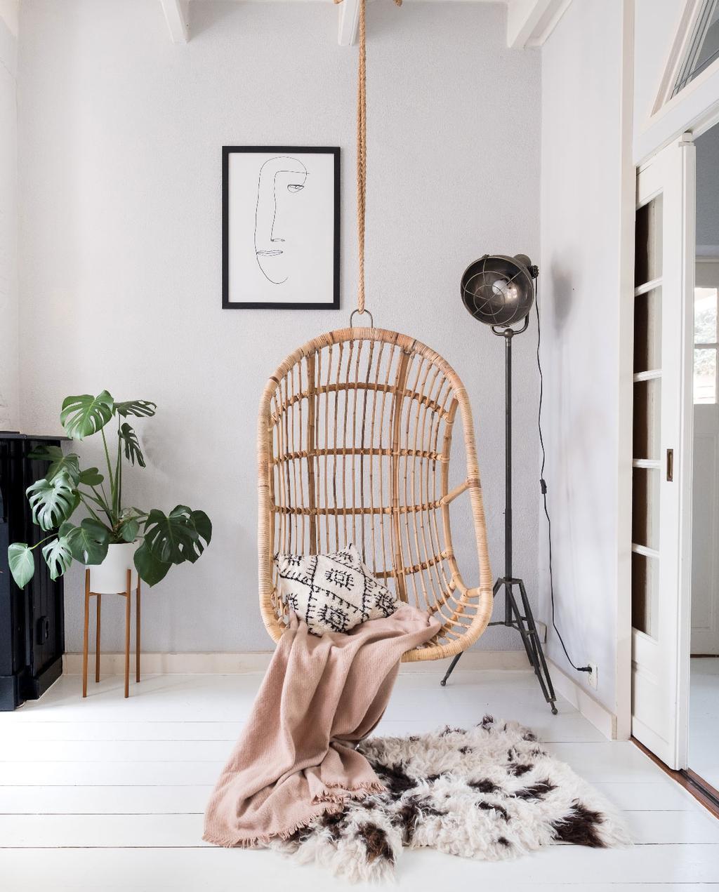 vtwonen 08-2020 | binnenkijken in een zomerse eetkamer in meppel rieten hangstoel met roze plaid