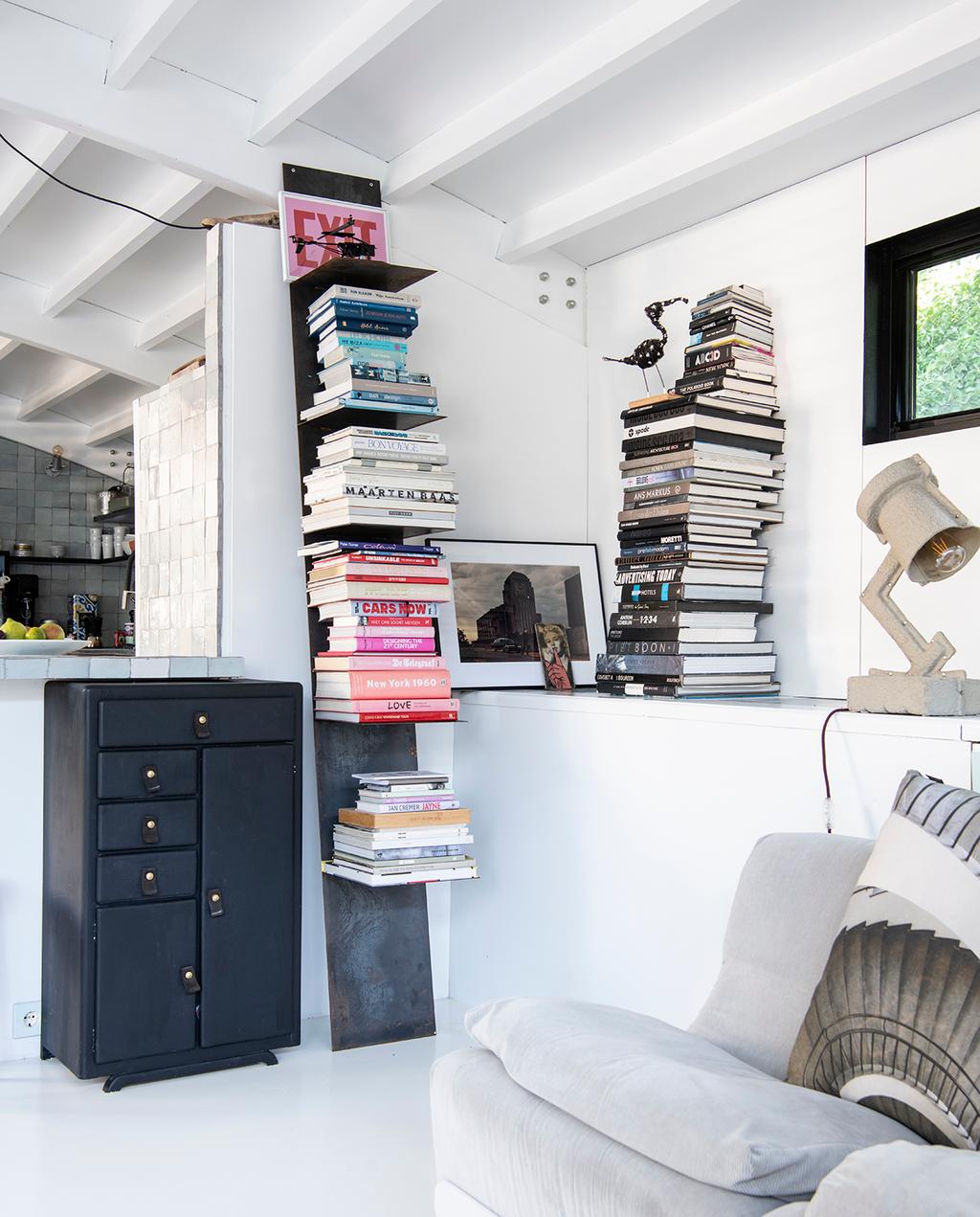 vtwonen 2020 DIY special 2 | zithoek met volle boekenkast