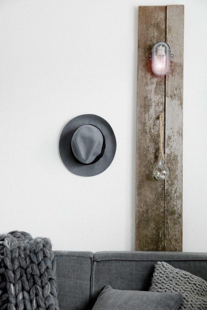 lampe sur bois et chapeau gris
