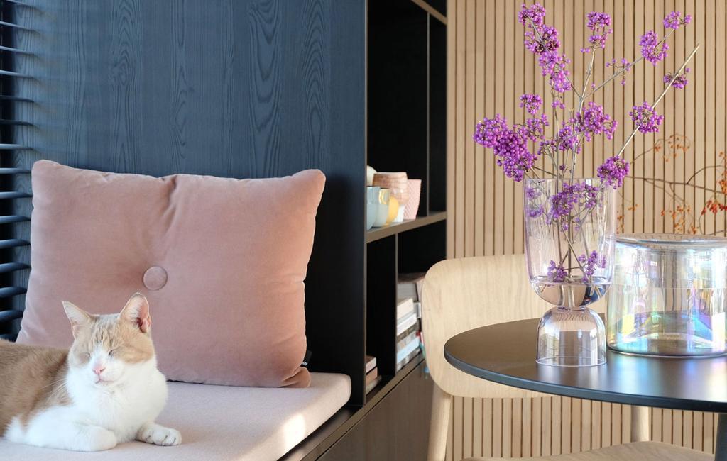 vtwonen | blog PRCHTG gevulde vaas bloemen rode kat