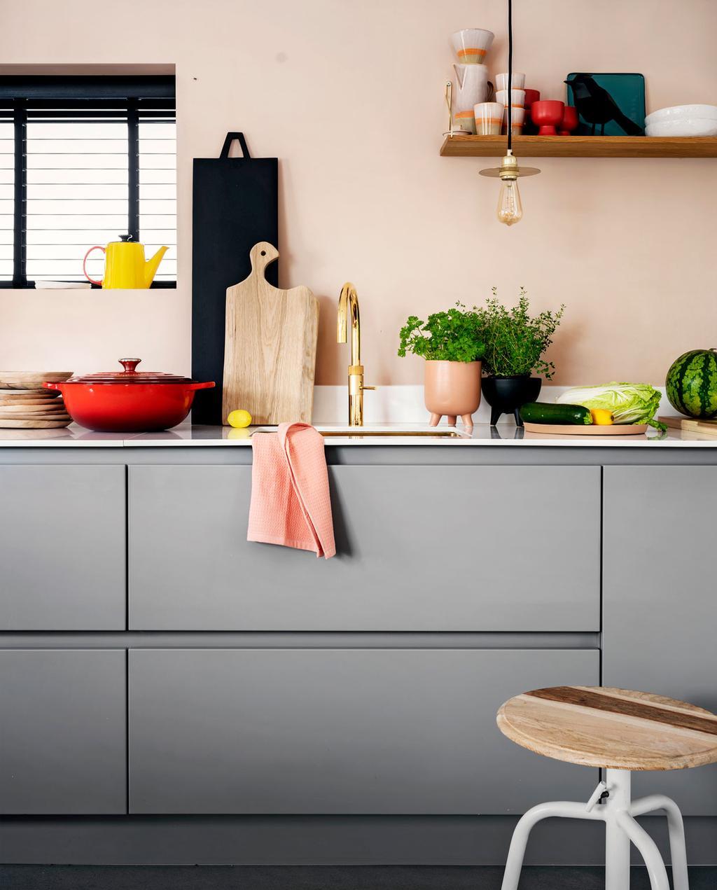 Borrelplanken en snijplanken op het aanrecht in de keuken
