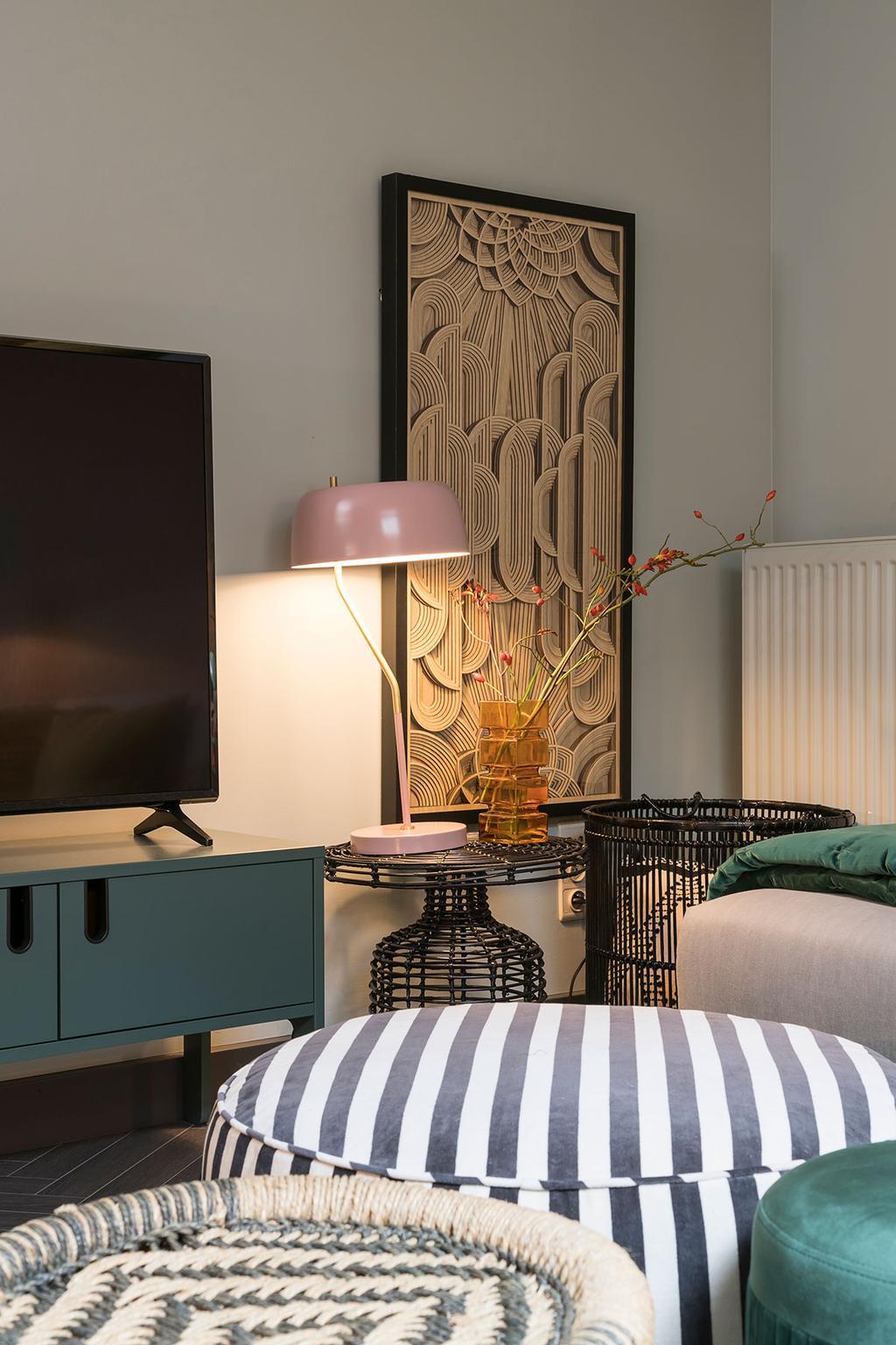 De woonkamer met poefs van Hanne uit de zevende aflevering van het tweede seizoen van Een frisse start met vtwonen.