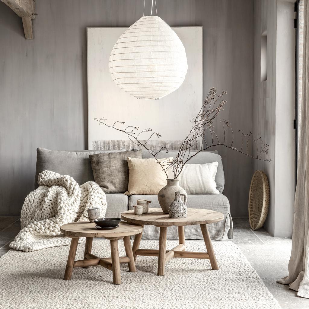 Gulle aarde: haal de natuur in huis | grijs bank bank dat zich bevindt in de zithoek