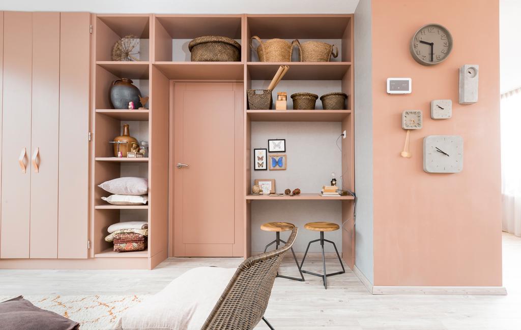 vtwonen | extra vierkante meters | roze woonkamer met opbergruimte