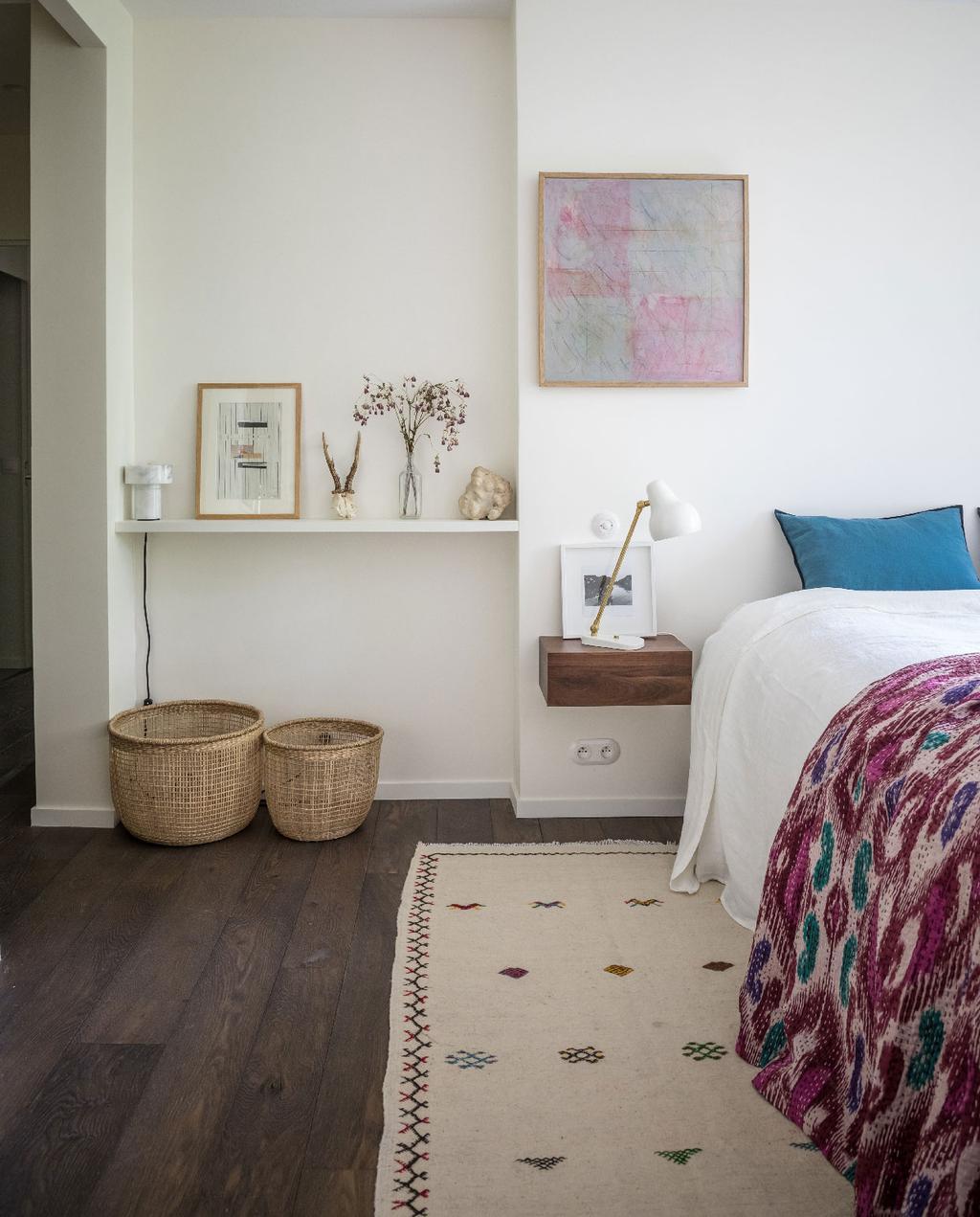 vtwonen 09-2020 binnenkijken Frankrijk | slaapkamer boredeaux plaid met blauw kussen