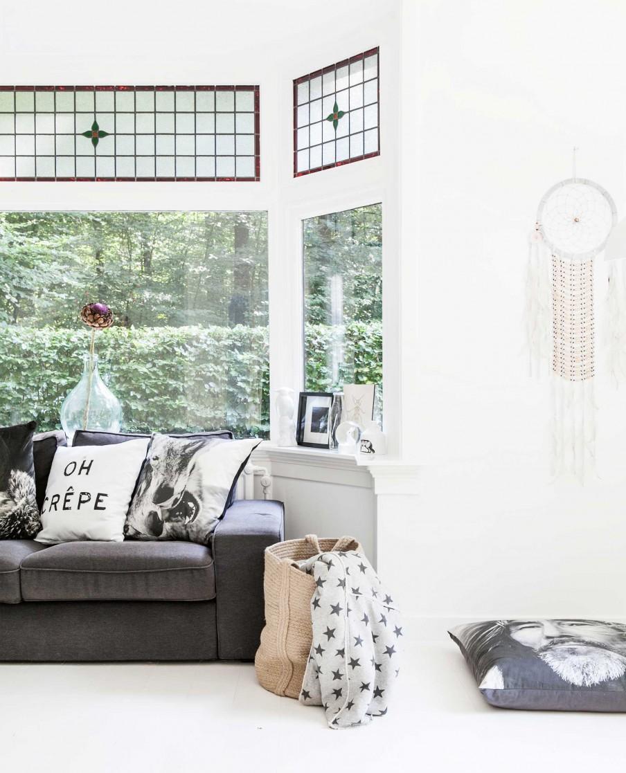 coin canapé gris et vitraux