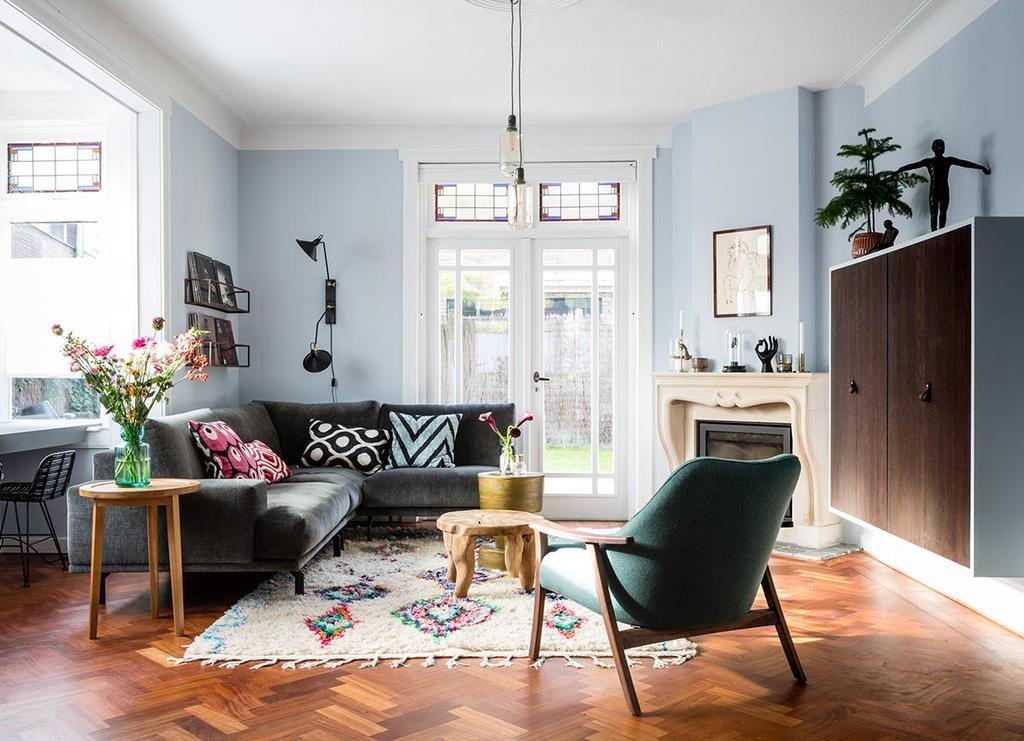 Klassieke woonkamer met grijze hoekbank en berber vloerkleed