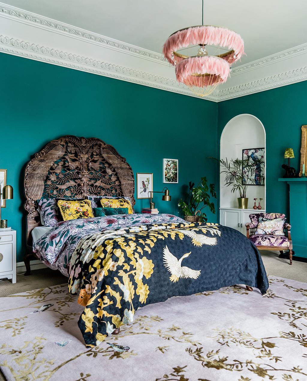 vtwonen 03-2020 | slaapkamer kleurrijk met groene wand en roze hanglamp