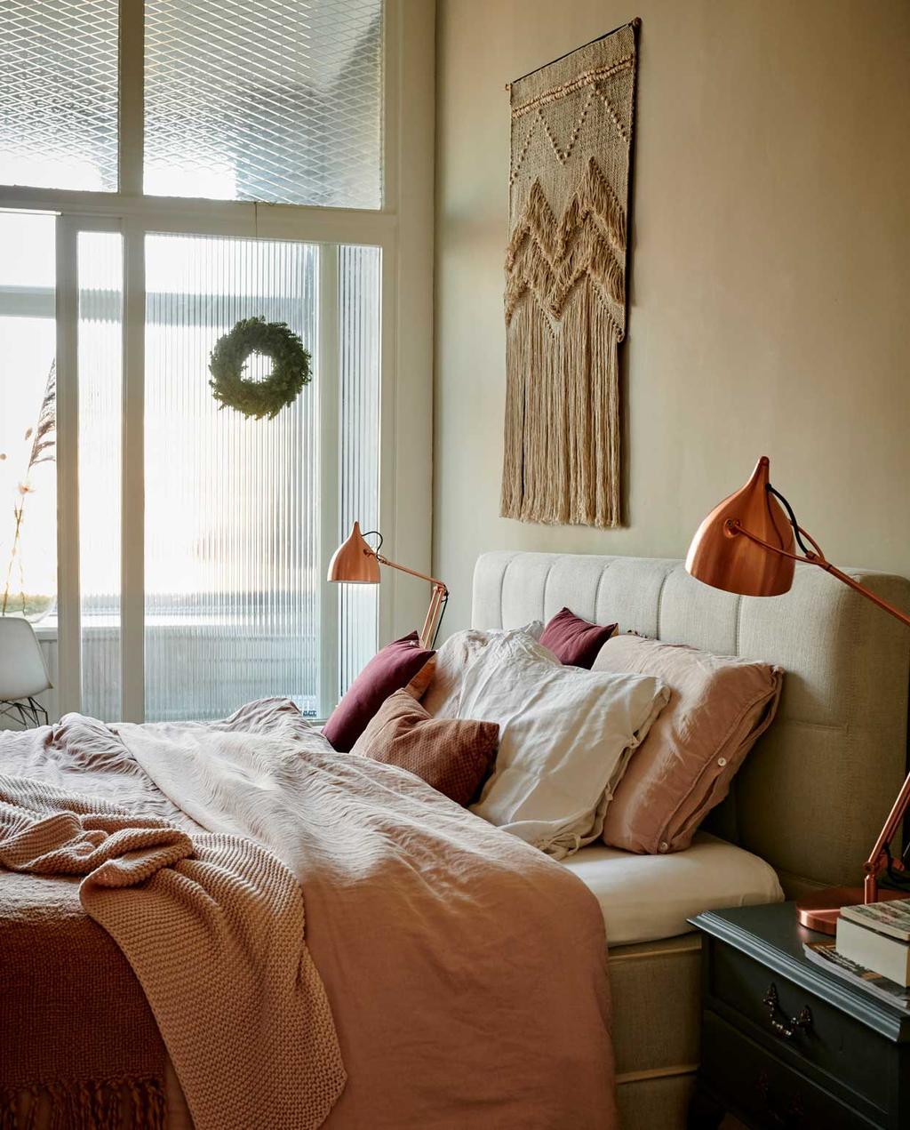 vtwonen 12-2020 | binnenkijken 100 jaar oud herenhuis haarlem | slaapkamer