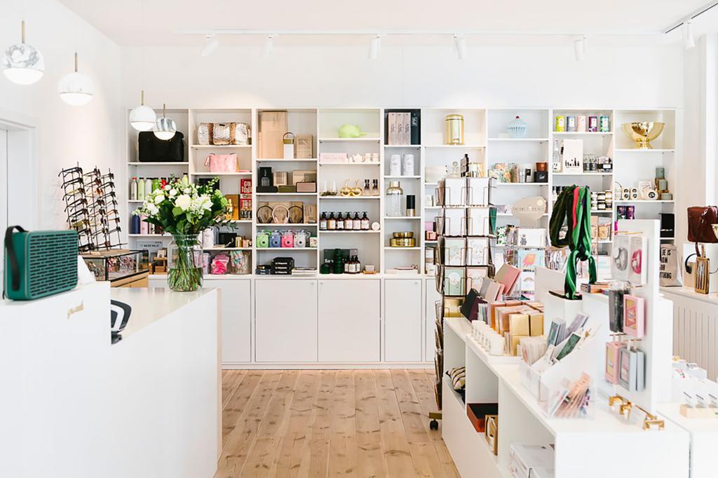 Conceptstore Futur heeft een leuke inrichting met een houten vloer en een wit interieur