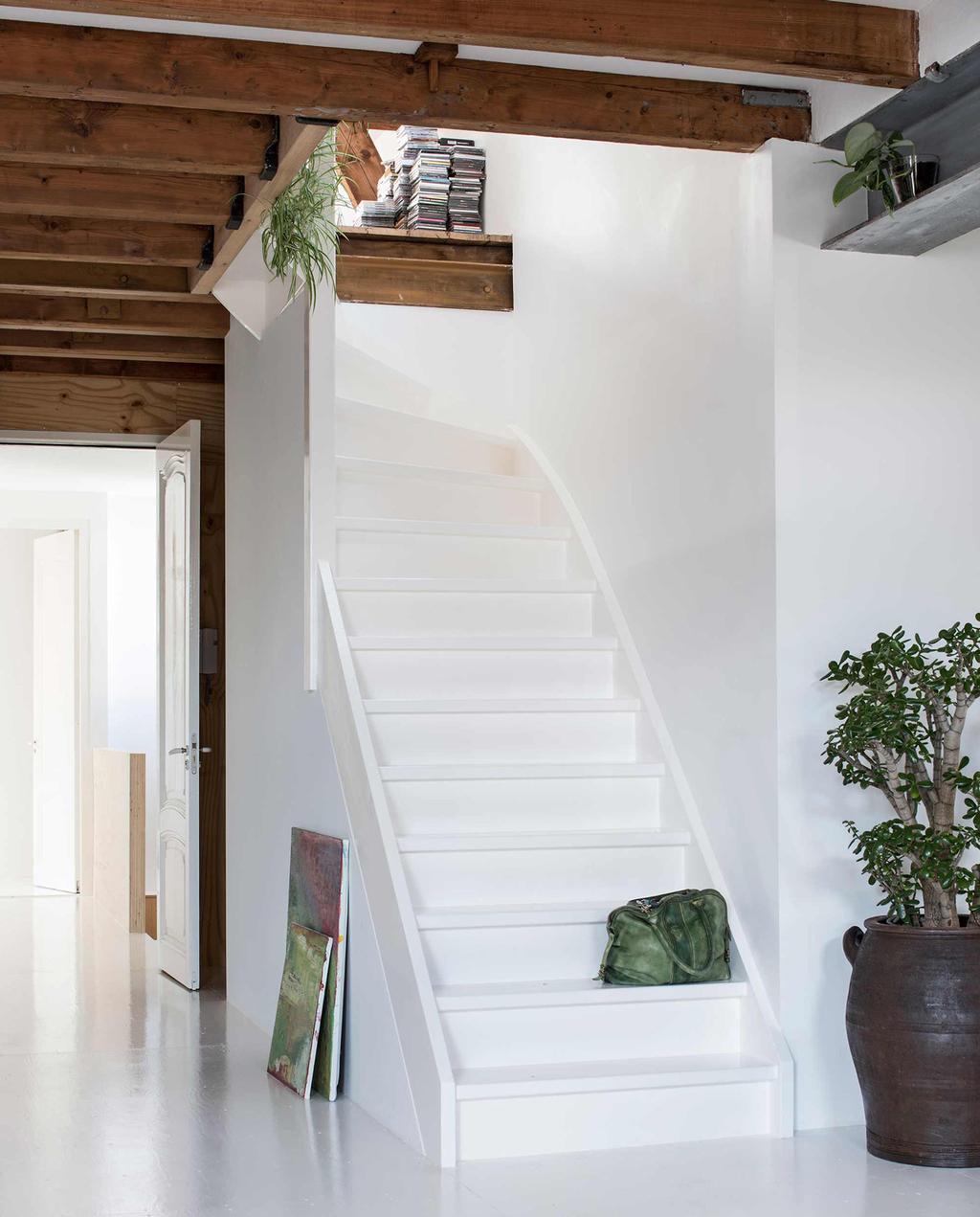 witte robuuste trap in huis met veel balken