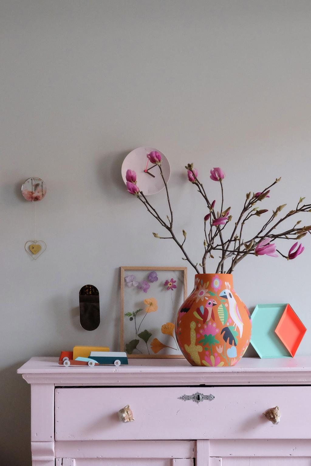 Oranje designvaas van Kitsch Kitchen op het dressoir van PRCHTG