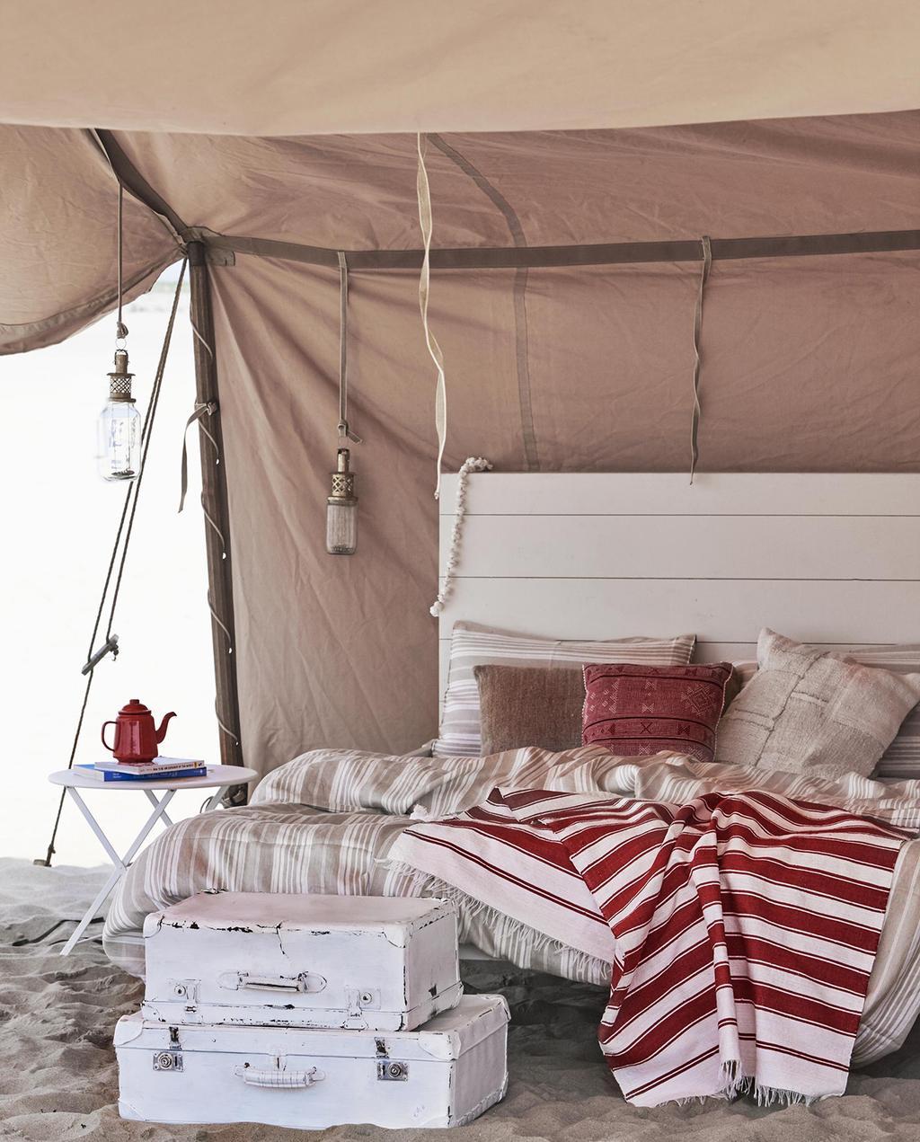 vtwonen 08-2016 | strandtent met bed en witte koffers