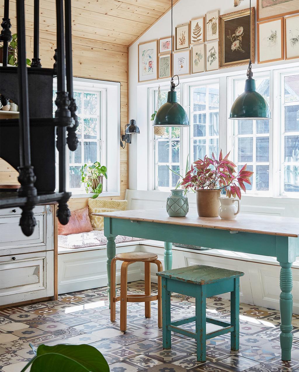 vtwonen special zomerhuizen 07-2021 | mediterrane vloertegels met een groene tafel en groene kruk