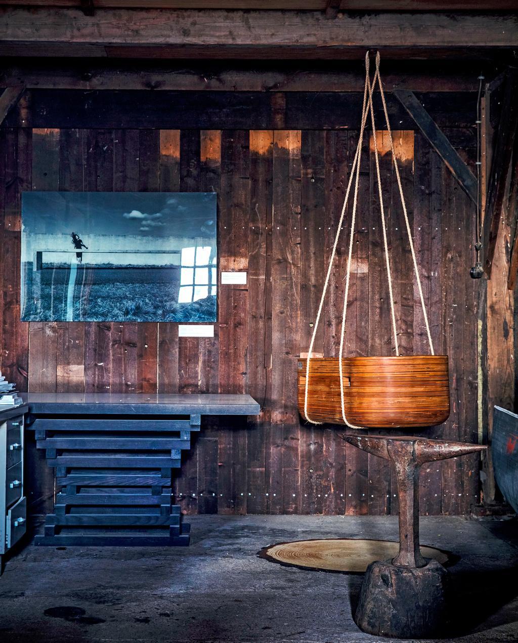 vtwonen 1-2020 | Ambacht werkruimte Joost tafels dakspanten houte schommel