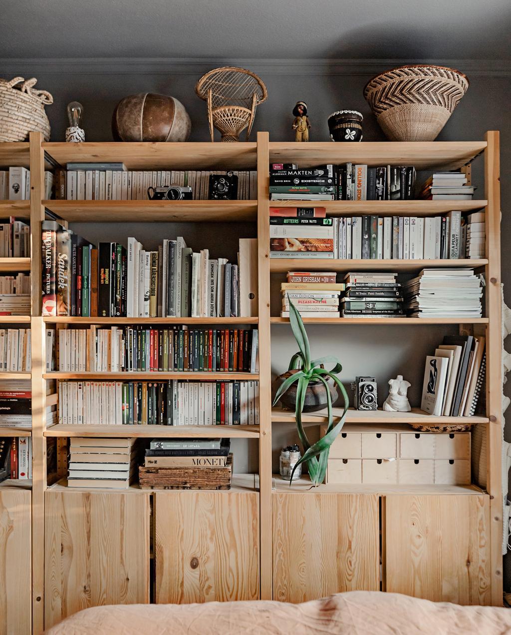 vtwonen 05-2021 | houten kast met boeken en manden
