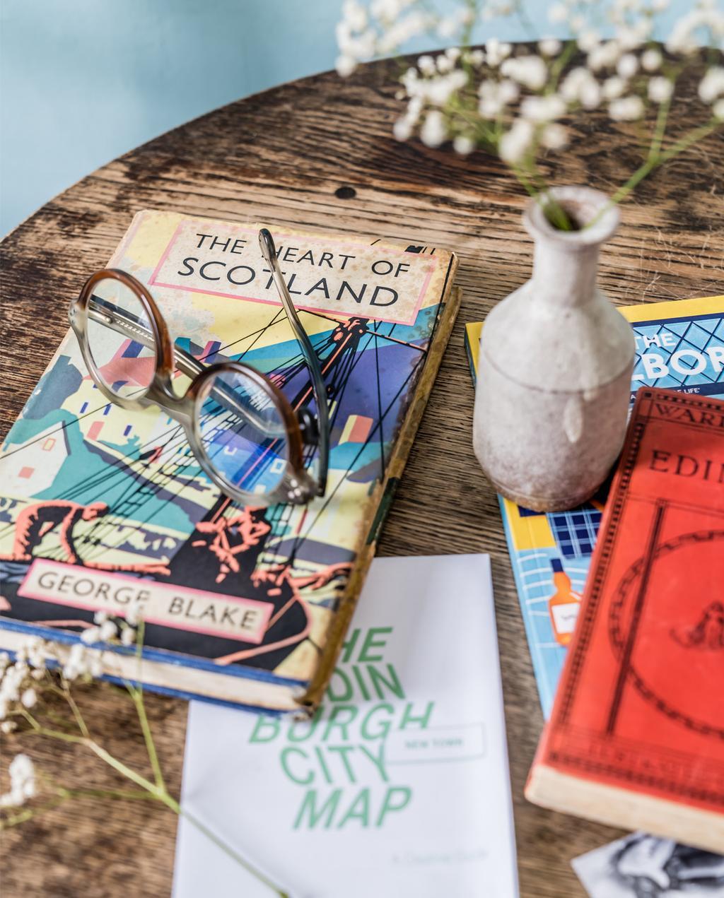 vtwonen 10-2020 | binnenkijken in Edinburgh leesboeken op tafel