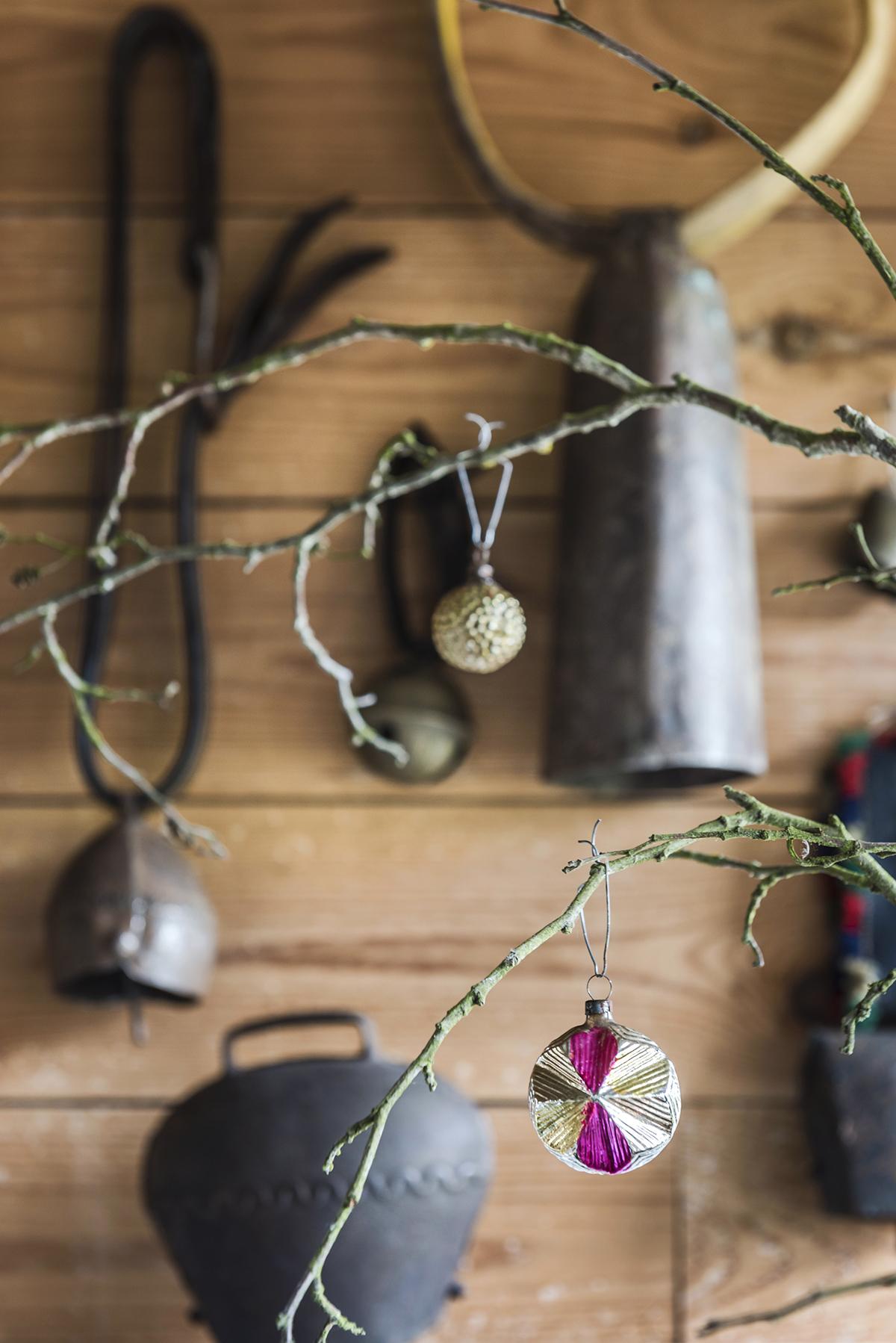 roze kerst detail kerstbal koeienbellen takken
