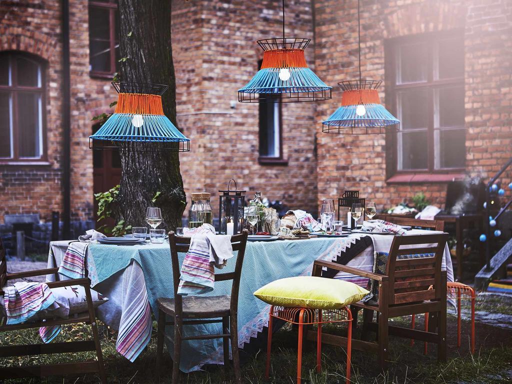 Kristel nieuwe zomercollectie IKEA tuintafel met blauwe lamp blauw tafelkleed