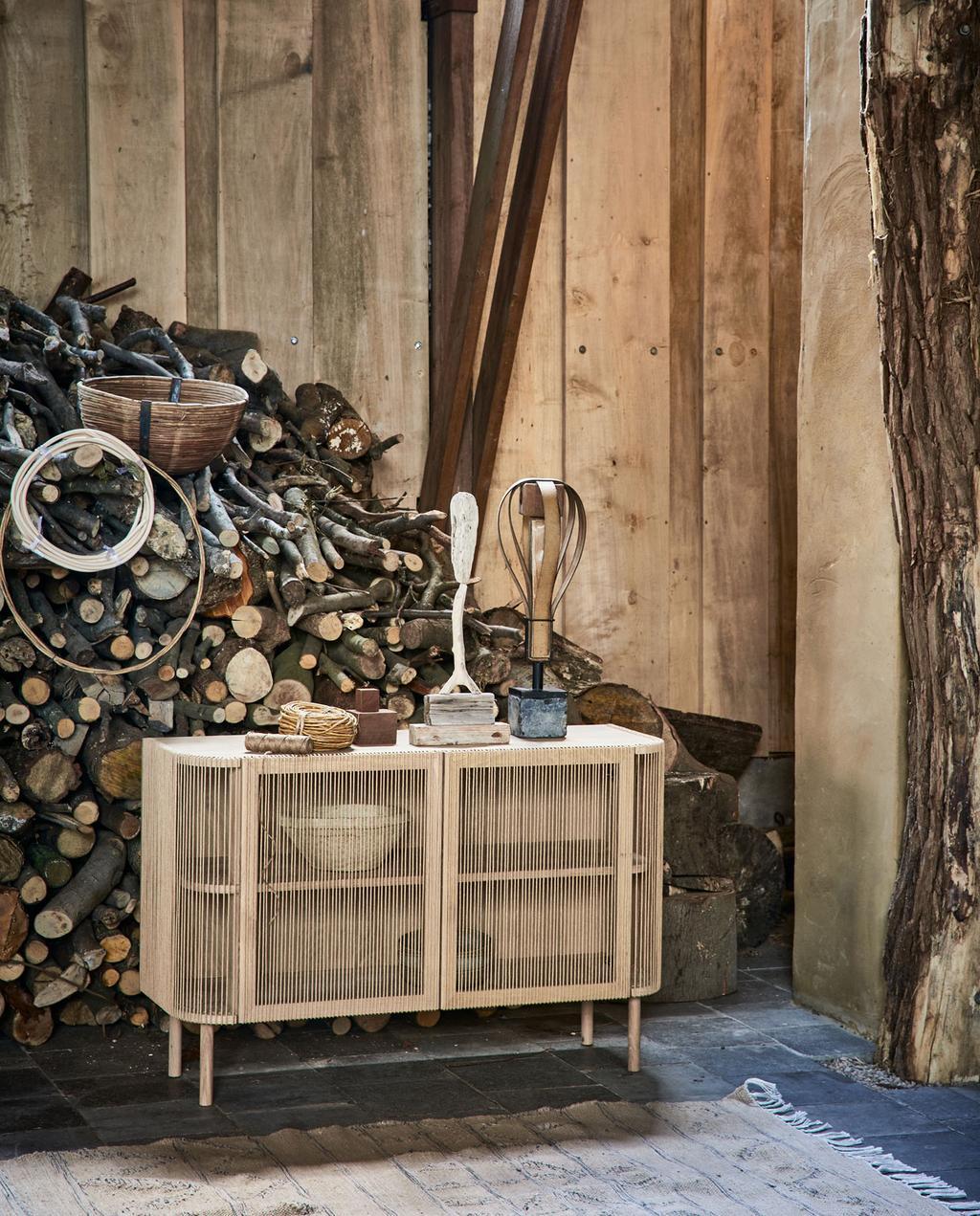 vtwonen 05-2021 | stapel hout met kast met draden