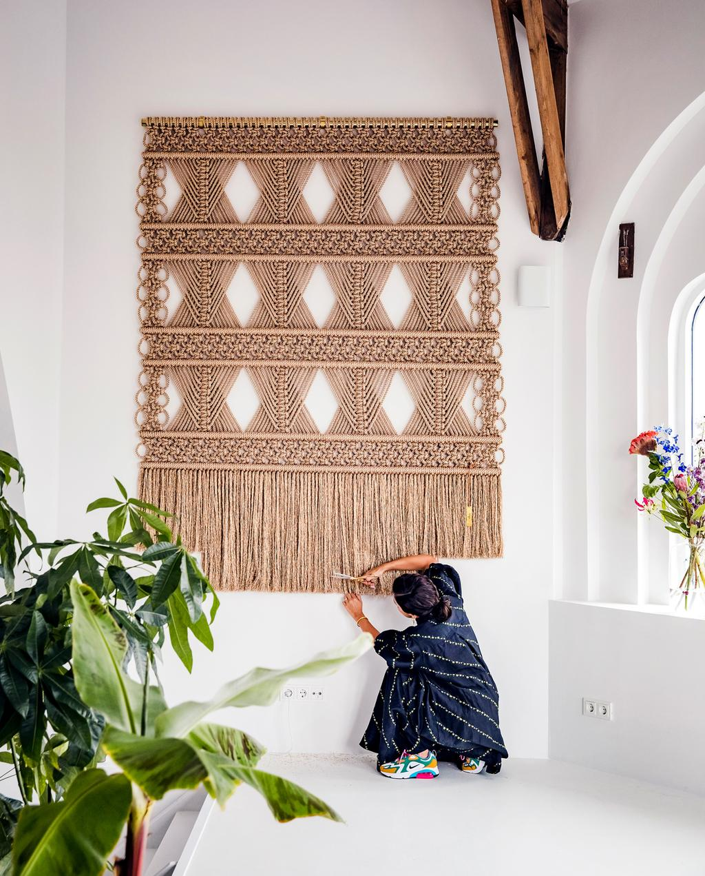 vtwonen 13-2019 | Ambacht Milla wandkleed beige | Ambacht hand geknoopte wandkleden