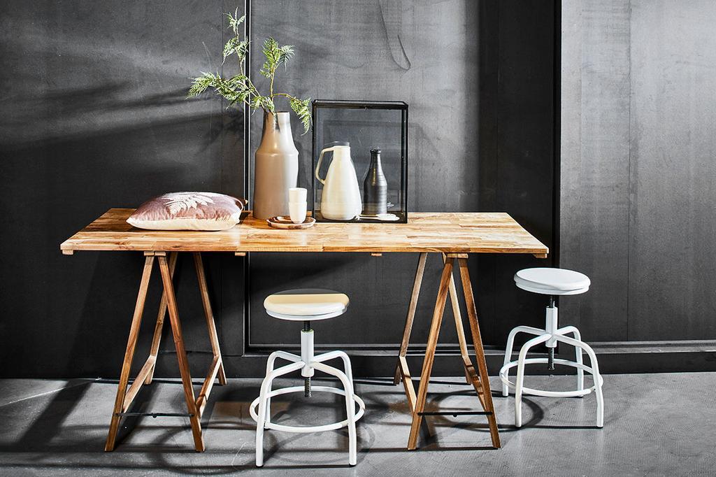 Een tafel in de industriële stijlbox bij Meubelen Verberckmoe.
