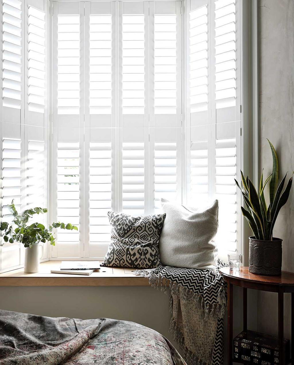vtwonen bk special 03-2020 | knus londens familiehuis vensterbank met witte kussens