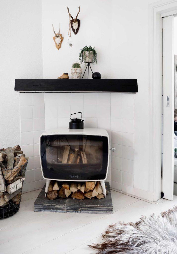 poêle à bois noir et blanc
