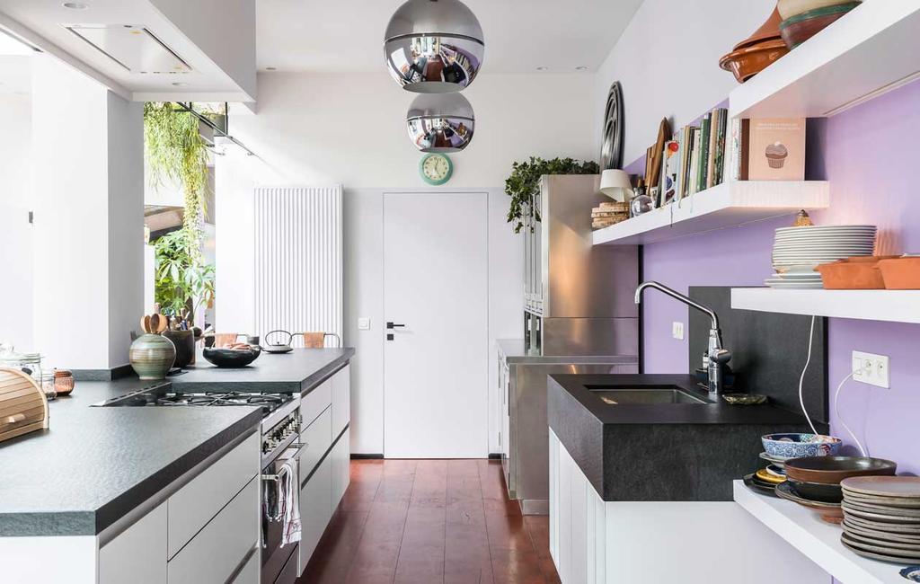 vtwonen 10-2020 | binnenkijken| kijkkamer | Antwerpen| paarse keuken met kookeiland