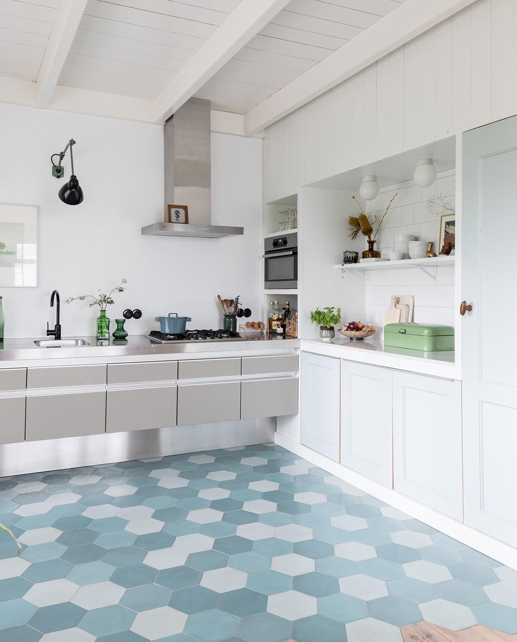 vtwonen DIY special 01 2020 | open woonkeuken blauwe vloer en zilveren keuken