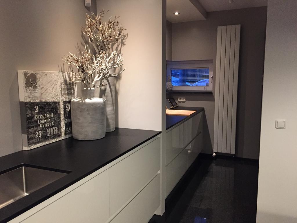 onze-bijkeuken-is-veranderd-van-rommel-kamertje-tot-verlenging-van-onze-keuken-ik-heb-geweldig-veel-werkblad-en-mijn-supergrote-koelkast-en-ovens-mooi-weggewerkt