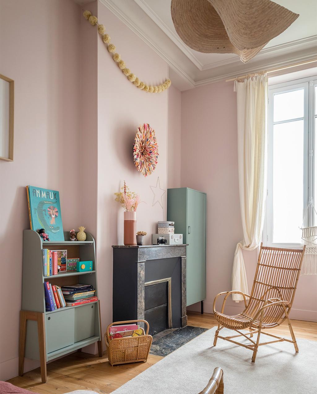 vtwonen special zomerhuizen 07-2021 | roze muren met een fauteuil en een zwarte schouw