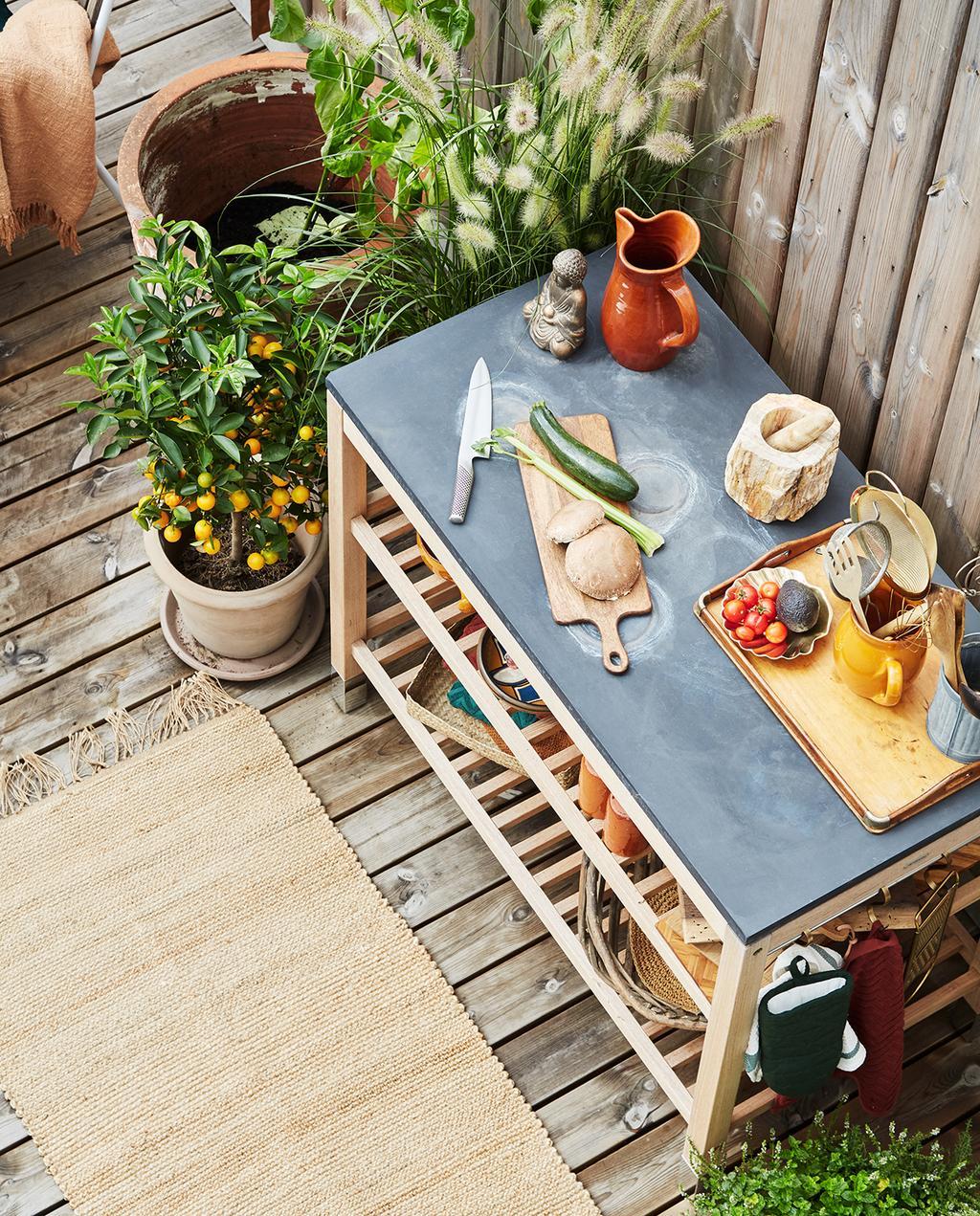 vtwonen tuin special 2 2020 | buitenkeuken gedecoreerd met buitenkleed Buitenkijken Kopenhagen