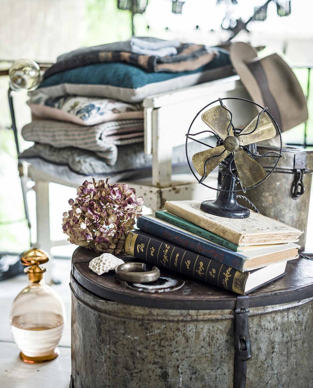 vtwonen 10-2016 | vintage ventilator met boeken
