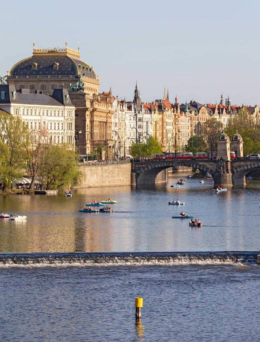 Uitzicht op en van de Karelsbrug in Praag