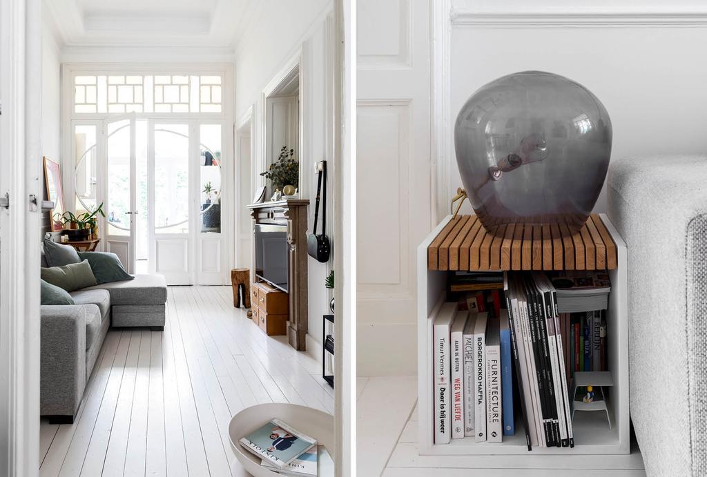 Grijze vloerlamp naast de grijze bank in de woonkamer