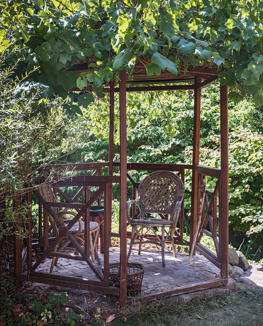 vtwonen tuin special 1-2020 | buiten overkapping met rieten stoeltjes