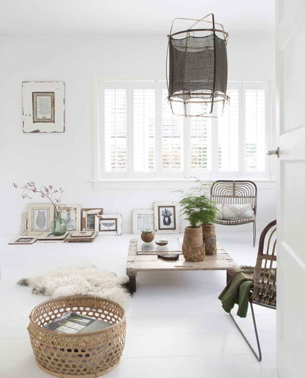 woonkamer witte muren en vloeren stoffen lamp