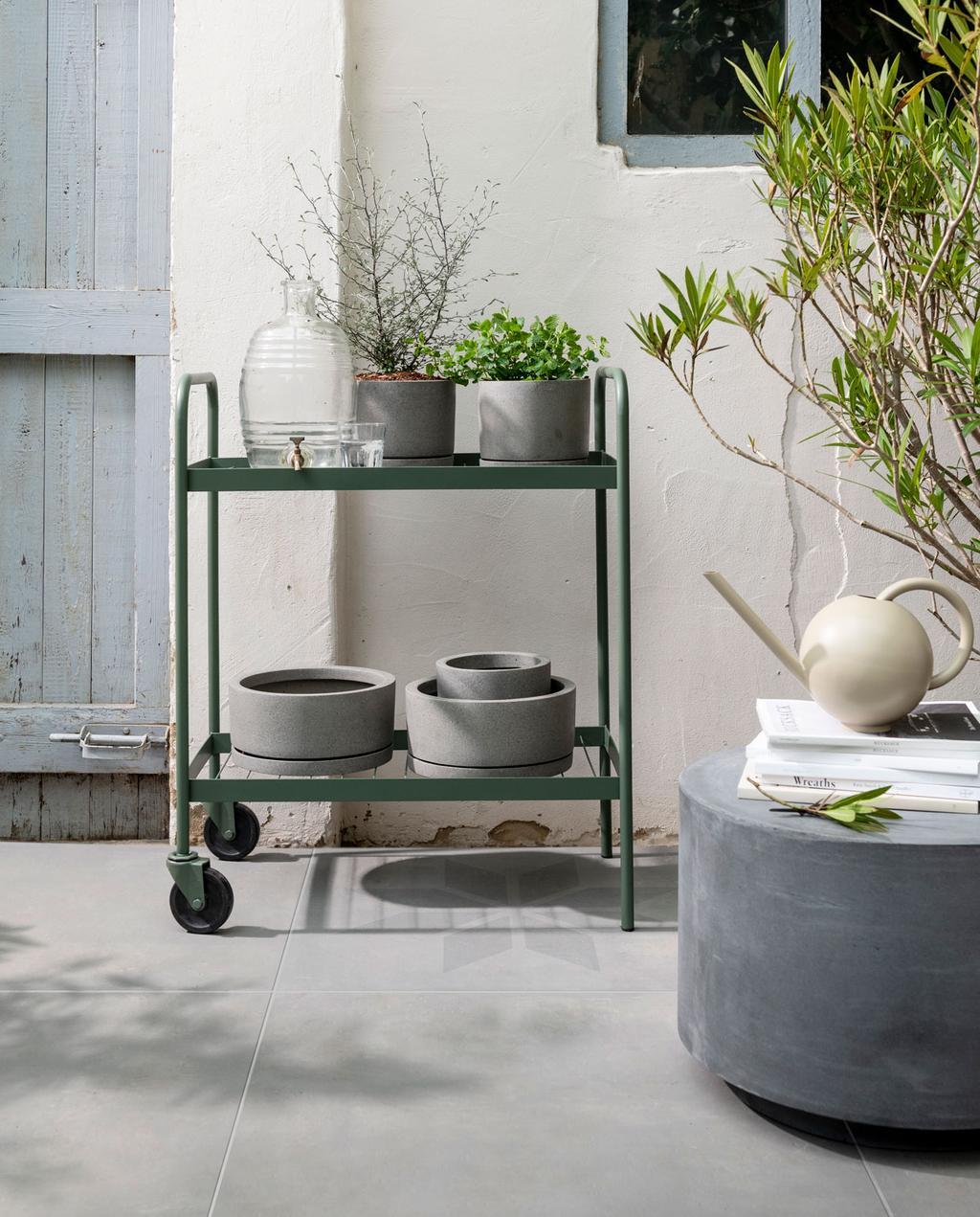 vtwonen tegels terras met groen karretje