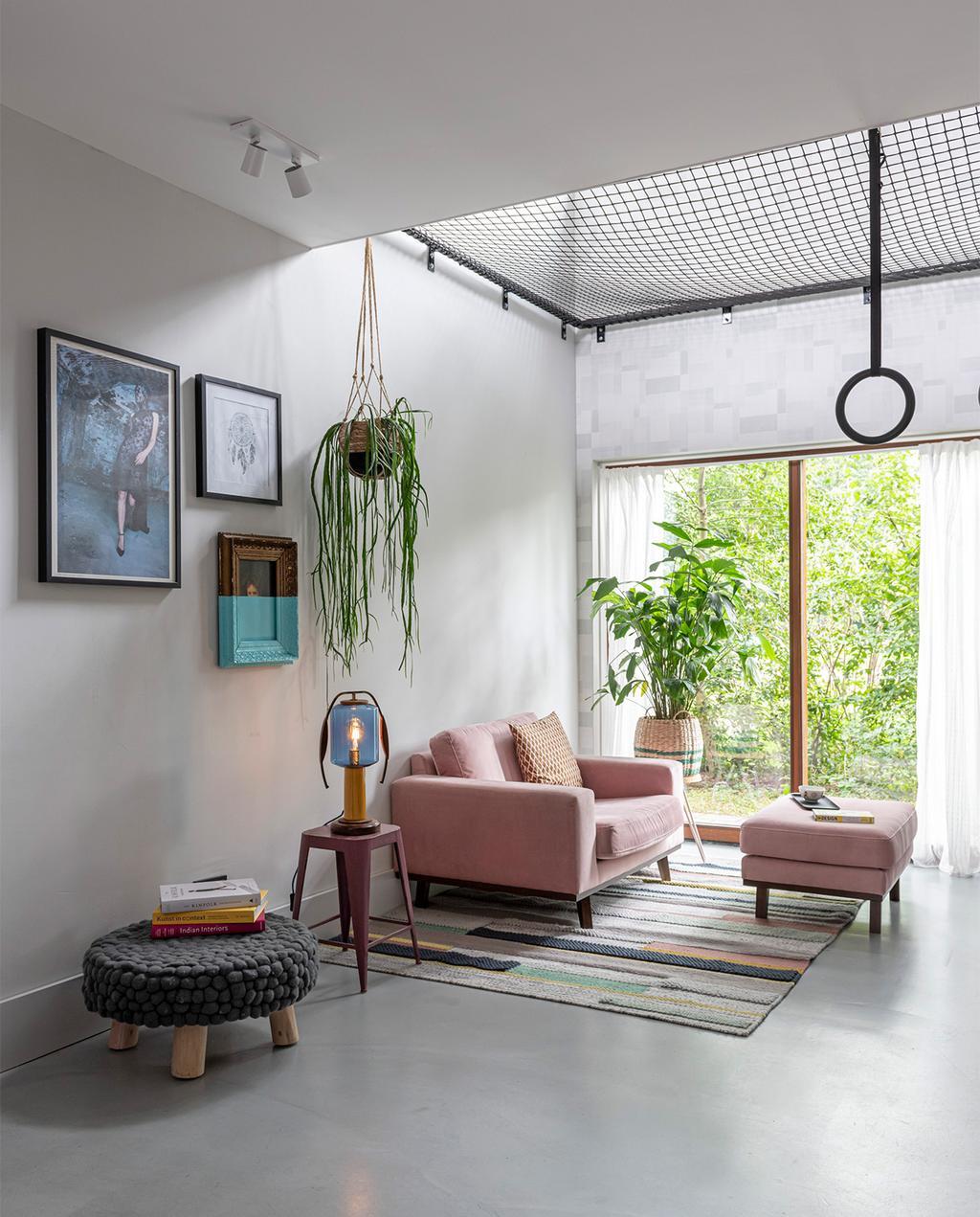 vtwonen 07-2021 | roze bank met een net en ringen
