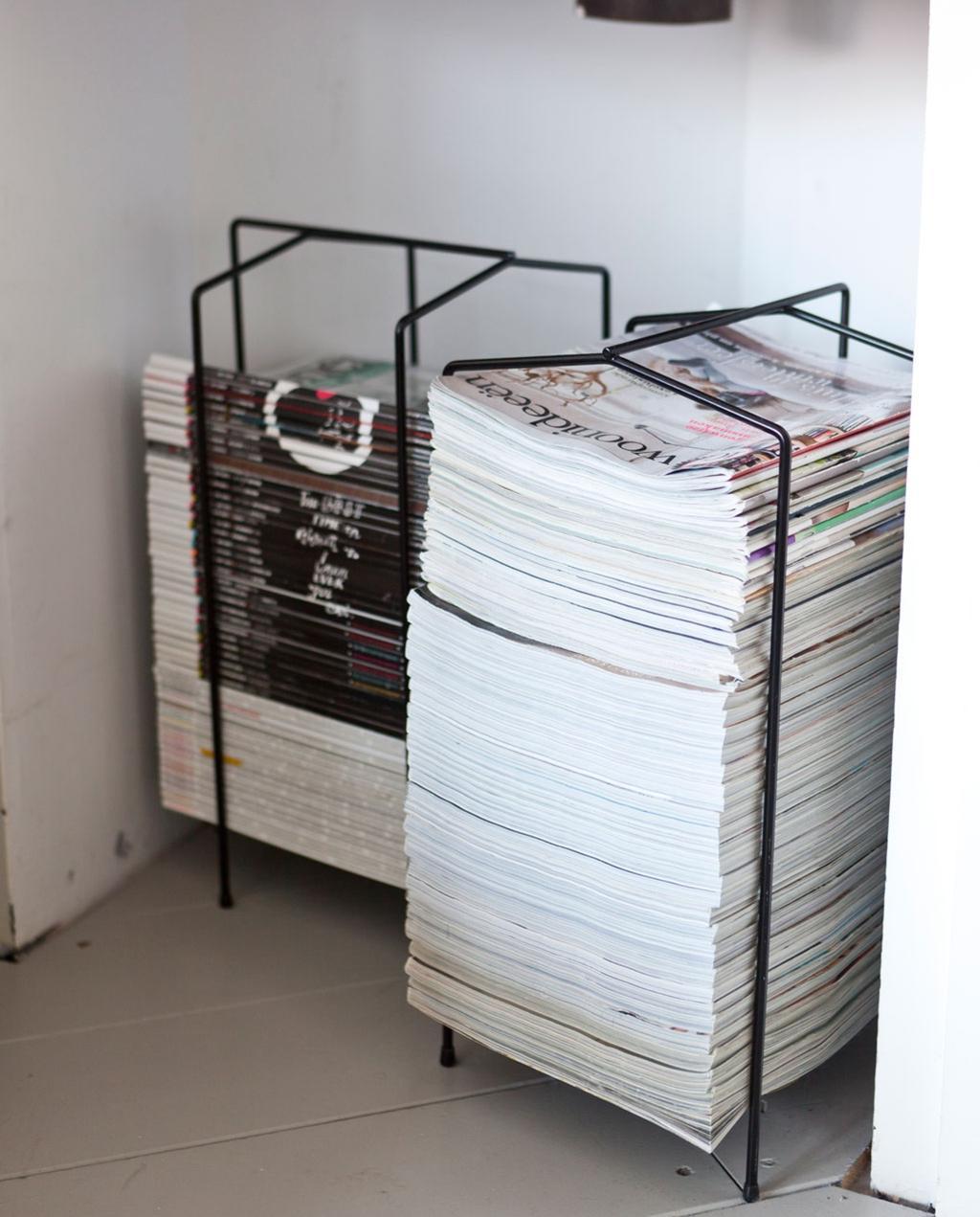 Stapel tijdschriften in een metalen rek