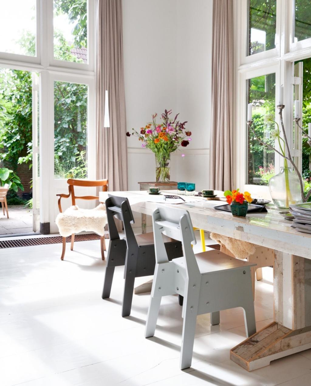 woonkeuken | keuken | eettafel | stoelen | hoge ramen | piet hein eek crisis | kleur | insecten buiten houden